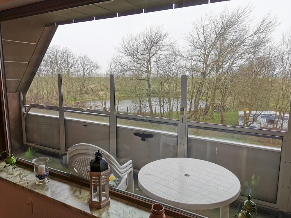 FeWo_Deichblick-21-Stinteck-Haus-Deichlaeufer_Balkon-Teich-Deich