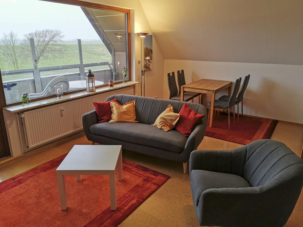 FeWo_Deichblick-21-Stinteck-Haus-Deichlaeufer_Wohnzimmer-Balkon-Essbereich