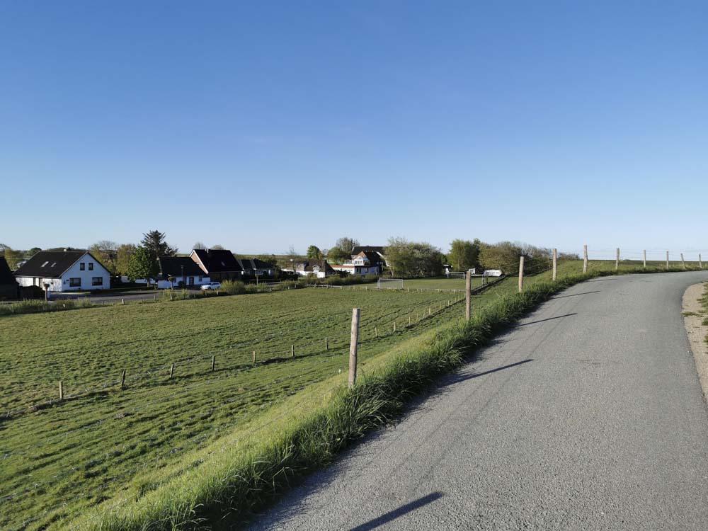Dorf-Strasse-Wiese